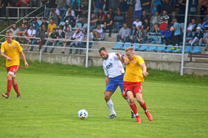 Trenčianska Turná (v žltom) nezvládla derby zápas proti susedným Veľkým Bierovciam/Opatovciam.