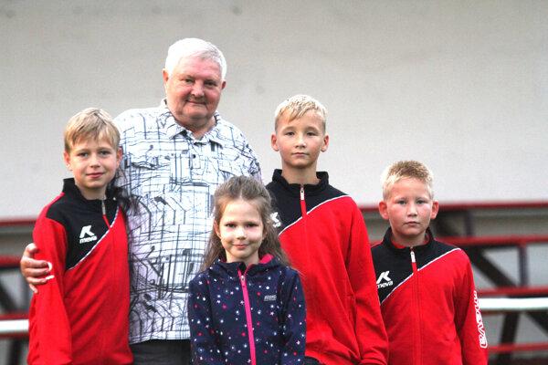 Funkcionára Jozefa Dolinského poznajú azda v celom futbalovom regióne. Najväčšiu radosť mu robia janíkovskí futbaloví mládežníci.
