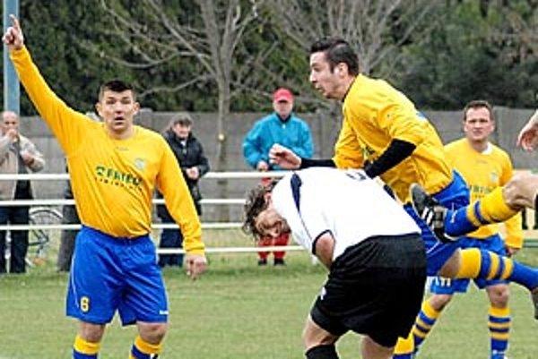 Váhovce (v žltom) porazili Tešedíkovo 6:0.