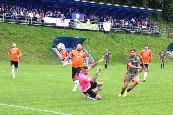Andrej Tomaštík si výborne nabehol za obranu súpera a ponad brankára otvoril skóre v Chlebniciach.