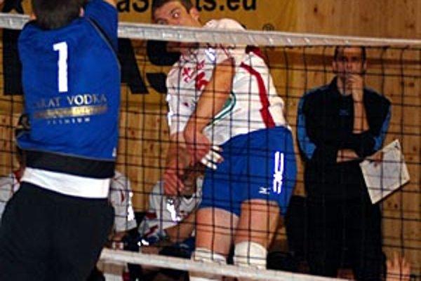 Smečuje Ivan Valent, za ním tréner Ľubomír Paška.