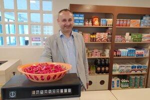 Michal Dobiaš v úlohe predavača v dobovom obchode.