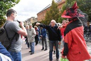 Košický aktivista Ján Gálik sa snažil vysvetľovať, ale u fanúšikov Smeru sa nestretol s pochopením, práve naopak.