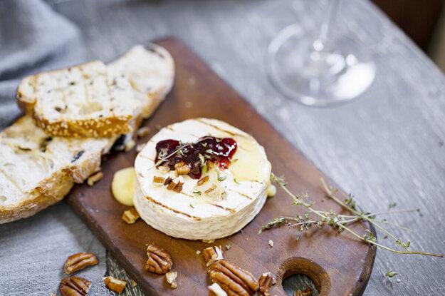 Hermelín s jablkami a chlebom. K receptu sa dostanete kliknutím na fotografiu.