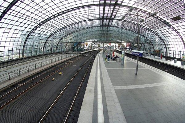 Na snímke prázdne nástupište na hlavnej železničnej stanici v Berlíne v Nemecku počas štrajku vo štvrtok 2. septembra 2021