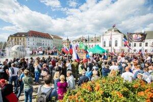 Účastníci počas protestu proti vláde, prezidentke SR a opatreniam v súvislosti s COVID-19 pred Prezidentským palácom SR pri príležitosti štátneho sviatku Dňa Ústavy.