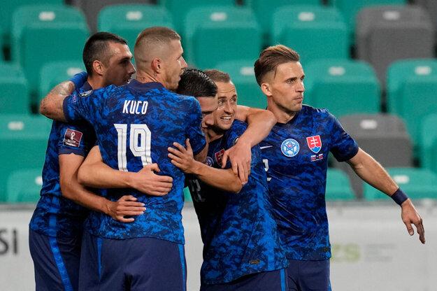 Slovenskí futbalisti počas kvalifikácie MS vo futbale 2022.