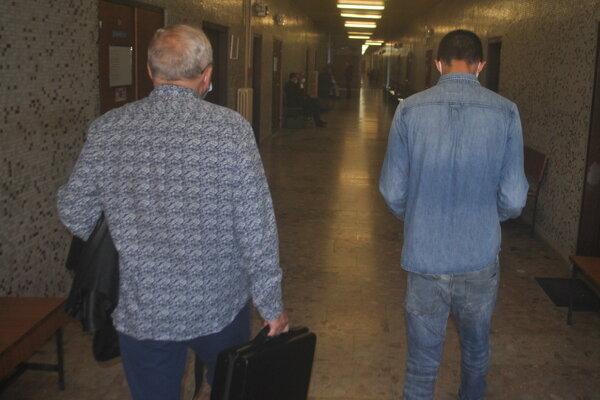 Obhajca s klientom odchádzajú po vyhlásení rozsudku.