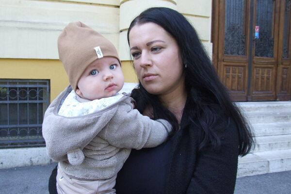 Dominika s najmladším synom Maťkom pred súdom po pojednávaní.