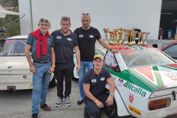 Úspešný tím MTB racing Team po pretekoch na Jankovom Vŕšku
