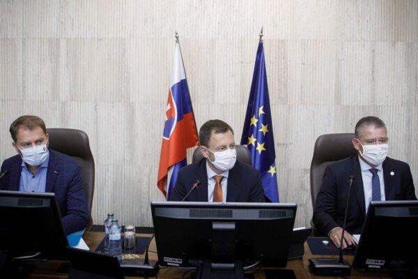 Zľava: Minister financií SR Igor Matovič, predseda vlády SR Eduard Heger a minister vnútra SR Roman Mikulec počas rokovania 29. schôdze vlády SR.