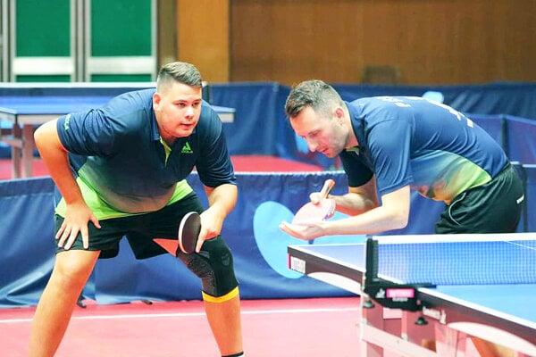 Adam Brat (vľavo) získal pre stolnotenisový klub zNižnej dve zlaté medaily. Jednu po boku Ľubomíra Pišteja.