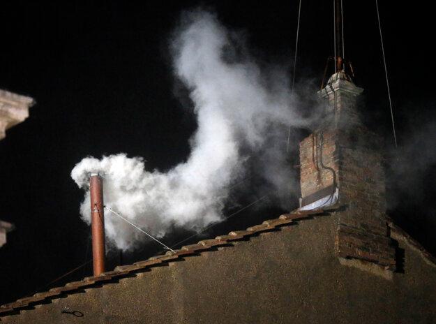 Zvolenie nového pápeža sa oznamuje bielym dymom z komína Sixtínskej kaplnky. Neúspešnú voľbu signalizuje čierny dym.