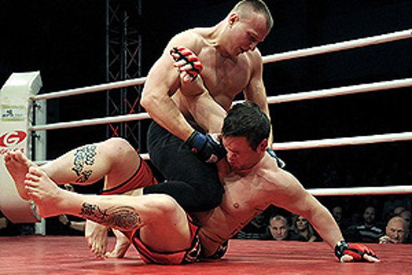 Nitran Matúš Mečár (hore) zdolal v súboji MMA krajana Martina Vlahoviča.