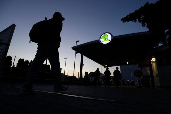 Zamestnanci automobilky Škoda Auto prichádzajú na rannú smenu do závodu v českom meste Mladá Boleslav.