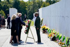 Joe Biden so svojou manželkou Jill pri pamätníku obetiam 11. septembra 2001 v obci Shanksville v štáte Pensylvánia.