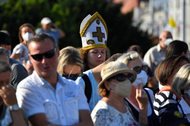 Ľudia počas privítacieho ceremoniálu pápeža Františka pred Prezidentským palácom