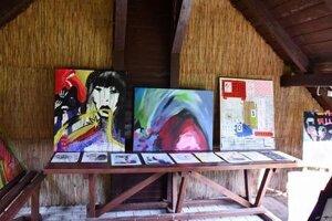 Diela na výstave vytváral kolektív umelcov rôznych vekových kategórií.