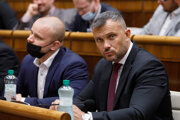 Zľava: Nezaradení poslanci parlamentu Milan Mazurek a Miroslav Suja