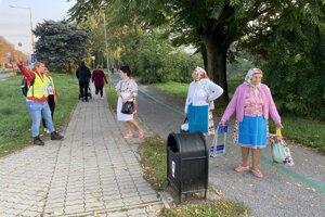 Seniorky hľadajúce správny vchod.