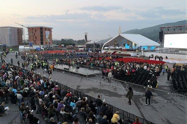 Ľudia v Prešove ráno nedočkavo očakávali Svätého Otca.