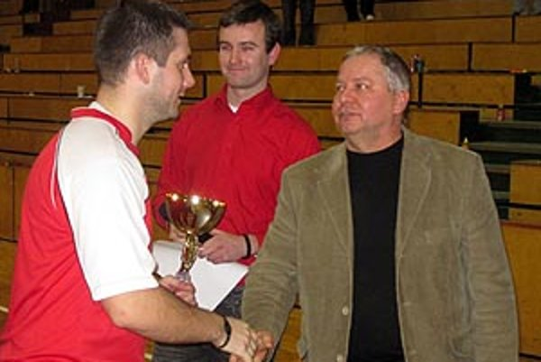 Šéf firmy TIBI Tibor Rábek blahoželá kapitánovi víťazného Tešedíkova.