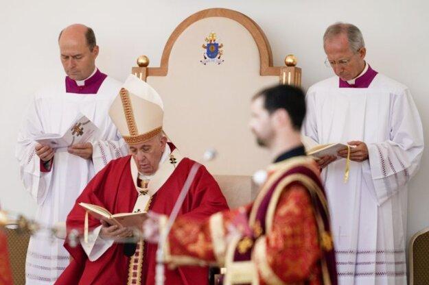 Pápež František počas liturgie na gréckokatolíckej omši v Prešove.