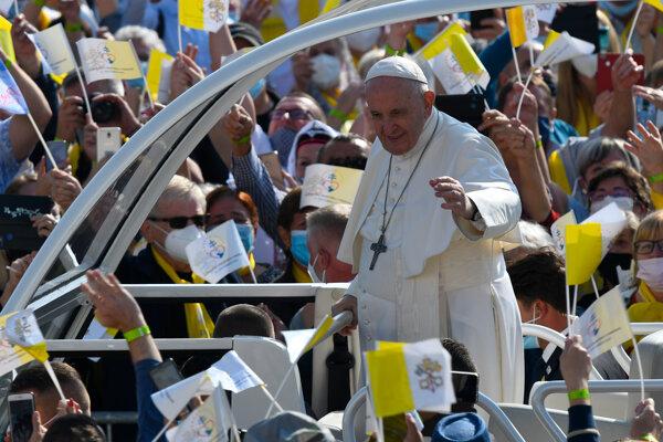 Pápež prichádza v papamobile medzi ľuďmi pred Mestskou športovou halou v Prešove.