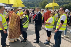 Kňazi rozdávajú prijímanie, aj dobrovoľníkom.