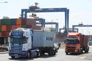 Kamióny prichádzajú do prístavu v Belfaste, jednom z hlavných tranzitných bodov medzi Veľkou Britániou a Európou v írskom Dubline.