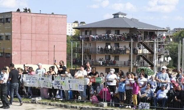 Čakajúci pred príchodom pápeža Františka na Luník IX v Košiciach.