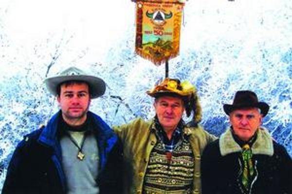 Pod vlajkou svojej osady Čierny trojuholník - sprava Ladislav Harvan, Vladimír Libant a jeho syn Kristián.