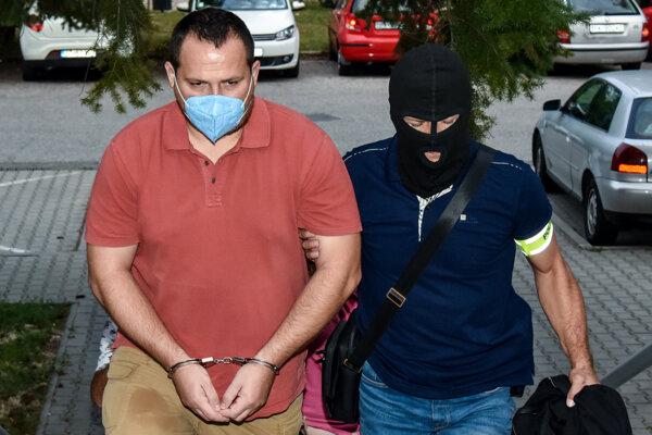 Zadržaný Pavol Ďurka prichádza v sprievode polície na Okresný súd.