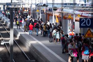 Zaplnené nástupište mníchovskej železničnej stanice počas štrajku rušňovodičov.