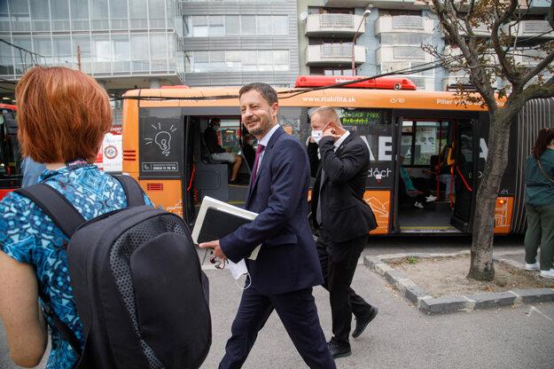 Predseda vlády SR Eduard Heger (uprostred) počas príchodu autobusom na rokovanie 31. schôdze vlády SR pri príležitosti Európskeho týždňa mobility.
