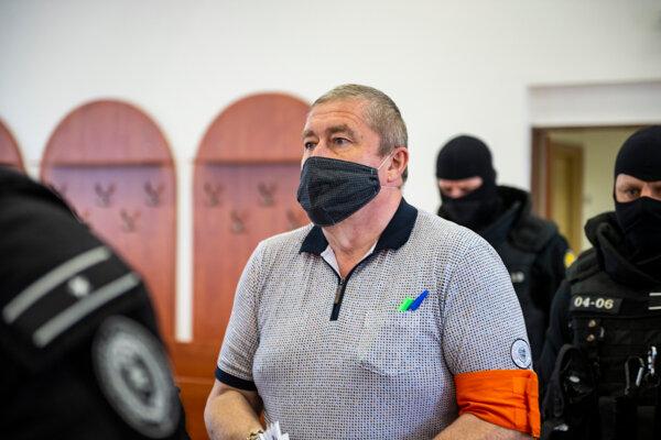 Dušan Kováčik prichádza na pojednávanie.