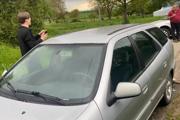 Záber z incidentu. Starosta pri dome manželky blokuje auto syna poslanca a obaja volajú políciu.