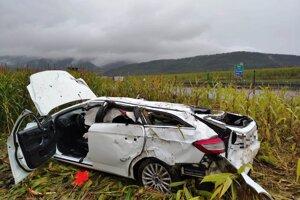 Auto je úplne zdemolované.