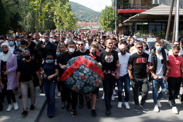 Ľudia pochodovali v tichosti za obete požiaru.