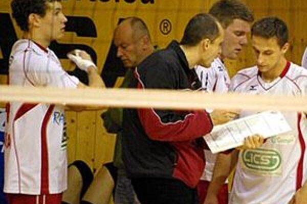 Novým trénerom mužov Nitry bude Ľubomír Paška (v strede v tmavej bunde), Ján Hukel (vzadu v zelenom) sa vráti k juniorom.