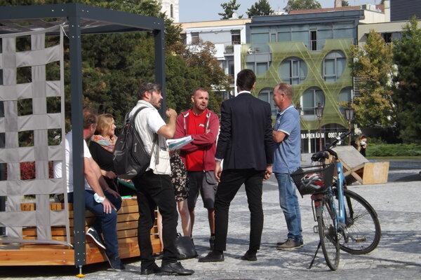 Utorkové rokovanie na námestí o vianočných trhoch.