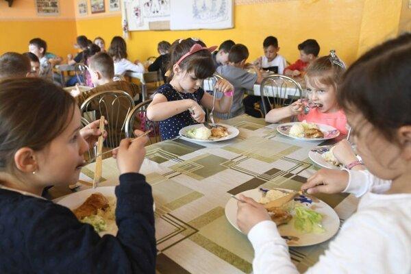 Školská jedáleň v škole v obci Buzica