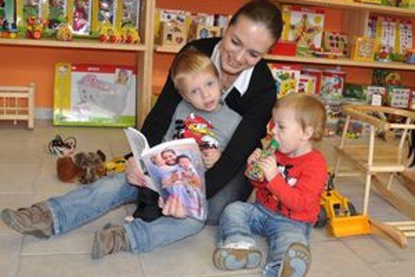 """Katka Plandorová so svojimi """"tromi deťmi"""" - Jankom, Samkom a svojou prvou knižkou."""