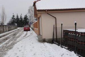 Niekoľkocentimetrový pás stavby zasahuje do pozemku obce.