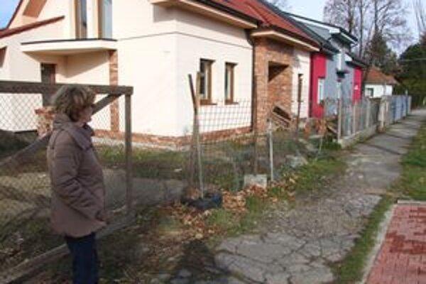 Chodníky aj vstupy do domov mesto postupne dorieši v roku 2012.