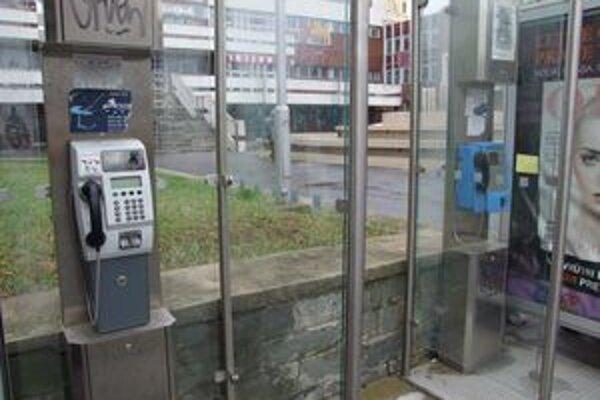 Dva telefónne automaty sú aj v centre mesta - pred Orbisom. Jeden je mincový, druhý na kartu.