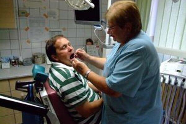 Návštevu u zubára by sme nemali odkladať až na koniec decembra, pretože lekári si koncom roka tiež berú dovolenky. Zastupujúci lekári preventívnu prehliadku nemôžu vykázať na poisťovňu, pretože u nich nemáme založenú zdravotnú kartu.