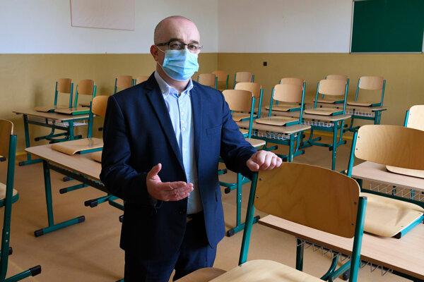 Riaditeľ gymnázia Stanislav Šanta v jednejzo zatvorených tried.
