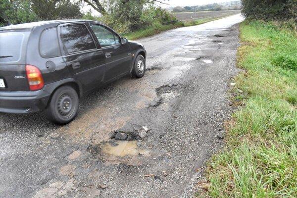 Kým časť cesty na území Košíc prešla pred niekoľkými rokmi rekonštrukciou, úsek v katastri Košickej Polianky sa rozpadáva.