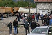 Miestni Srbi stoja vedľa cesty, ktorá blokuje cestu vedúcu k severnému kosovskému hraničnému priechodu Jarinje.